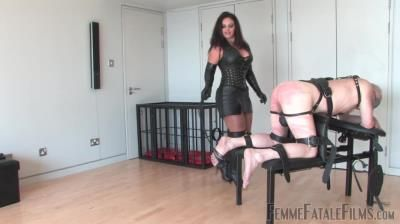 Femmefatalefilms: Mistress Ezada - Three Hundred