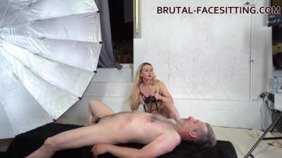 Brutal-Facesitting: Sophie Summer