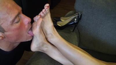 Goddess Zephy: Worship My Smelly Feet, Foot Puppet