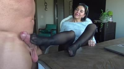 Goddess Zephy: Humiliated By Smelly Nylon Feet